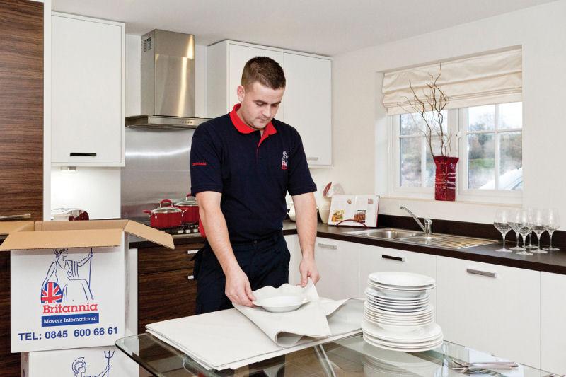 Empaquetando platos - Mudanzas Britania SL