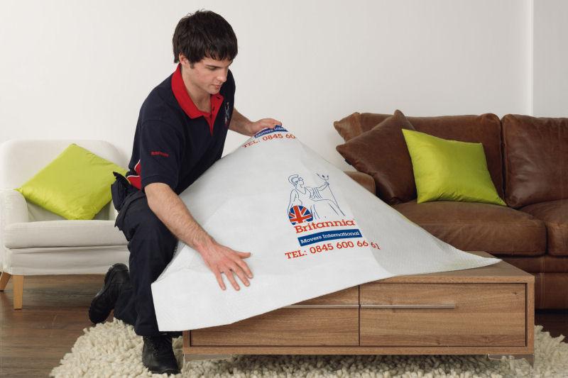 Embalando una mesa - Mudanzas Britania SL